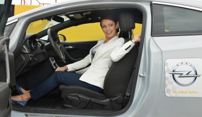 Opel partnerem Polskiego Czerwonego Krzyża w Światowym Dniu Pierwszej Pomocy. Dorota Gardias, w czasie pokazu promującego bezpieczeństwo na drodze