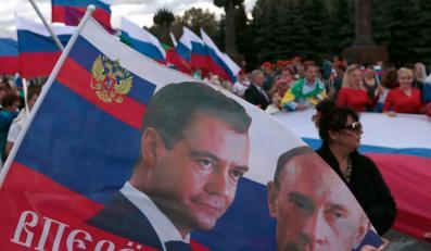 Dmitrij Miedwiediew i Władimir Putin na fladze
