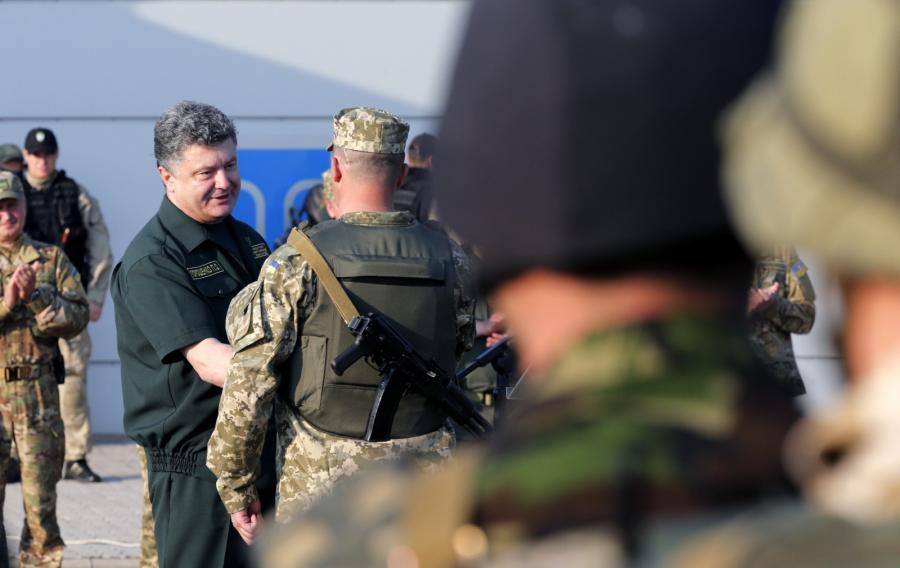 Petro Poroszenko odznacza żołnierzy w Mariupolu