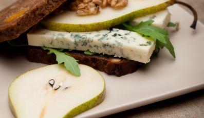 Tost z serem pleśniowym i gruszką