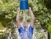 Ice Bucket Challenge. Dla tych chorych oblewamy się zimną wodą