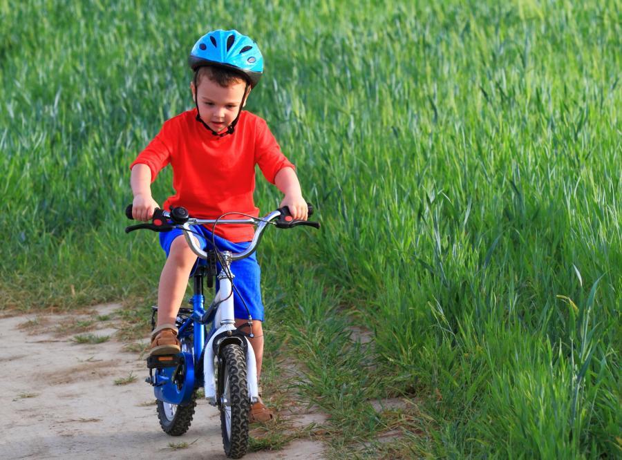 Dziecko jedzie na rowerze