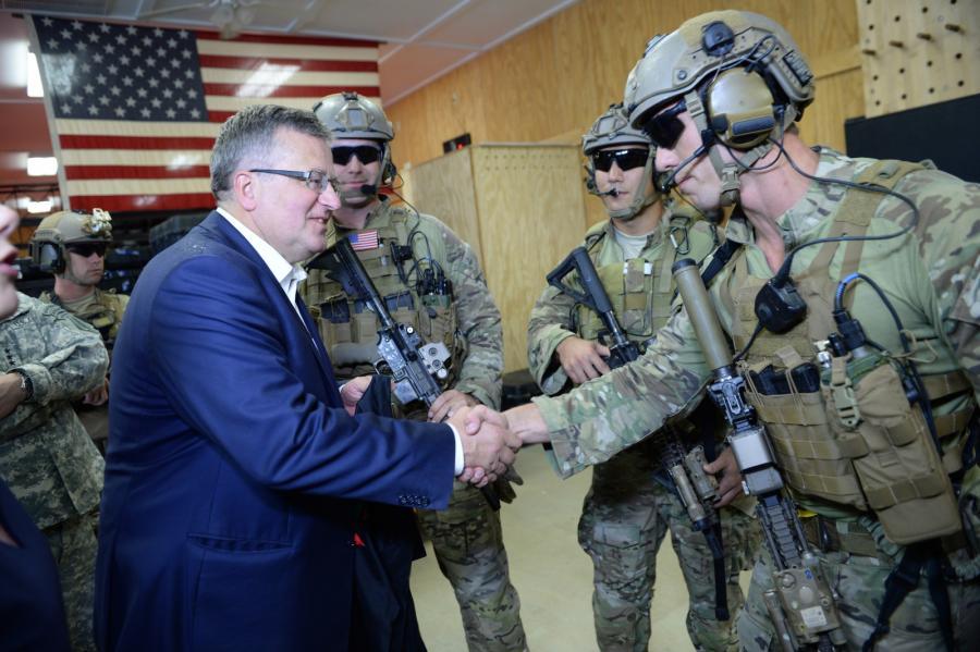 Prezydent Bronisław Komorowski podczas wizyty w bazie wojskowej Fort Bragg