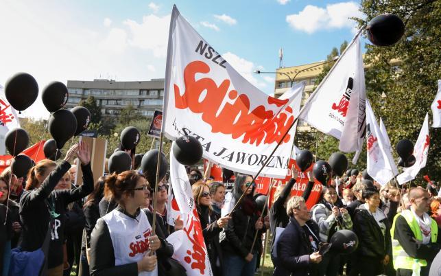 Pikieta pracowników sądów i prokuratur przed ministerstwem sprawiedliwości