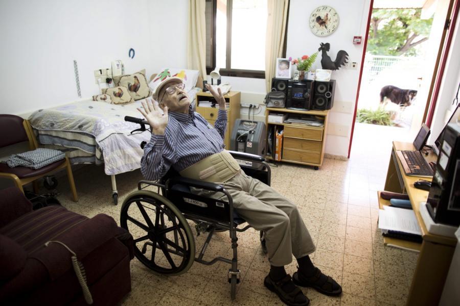 Dziś Roth ma 81-lat i przebywa w domu starców. Pochodzący z Francji pisarz i malarz relaksuje się po zapaleniu fajki nabitej marihuaną.