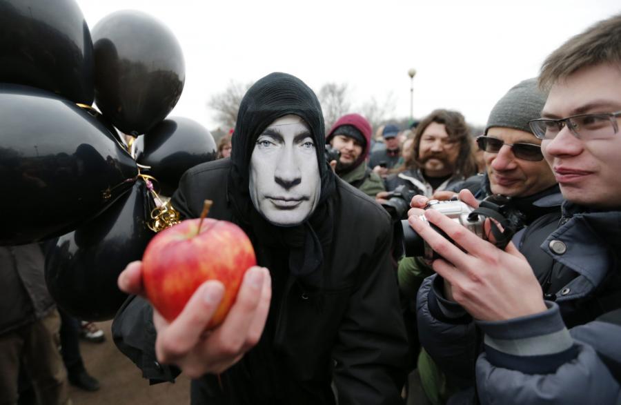 Demonstrant przebrany w maskę z wizerunkiem Putina. Protest przeciwko aneksji Krymu; Petersburg, 8 marca 2014