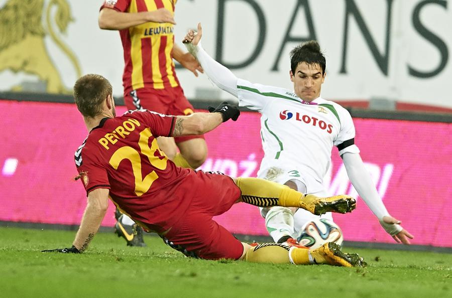 W akcji do piłki Nikola Lekovic (P) z miejscowej Lechii i Kyrylo Petrov (L) z Korony Kielce w meczu T-Mobile Ekstraklasy