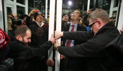Reżyser Grzegorz Braun z grupą osób okupujących siedzibę PKW otwiera na siłę drzwi do siedziby komisji, aby umożliwić wtargnięcie kolejnym demonstrantom