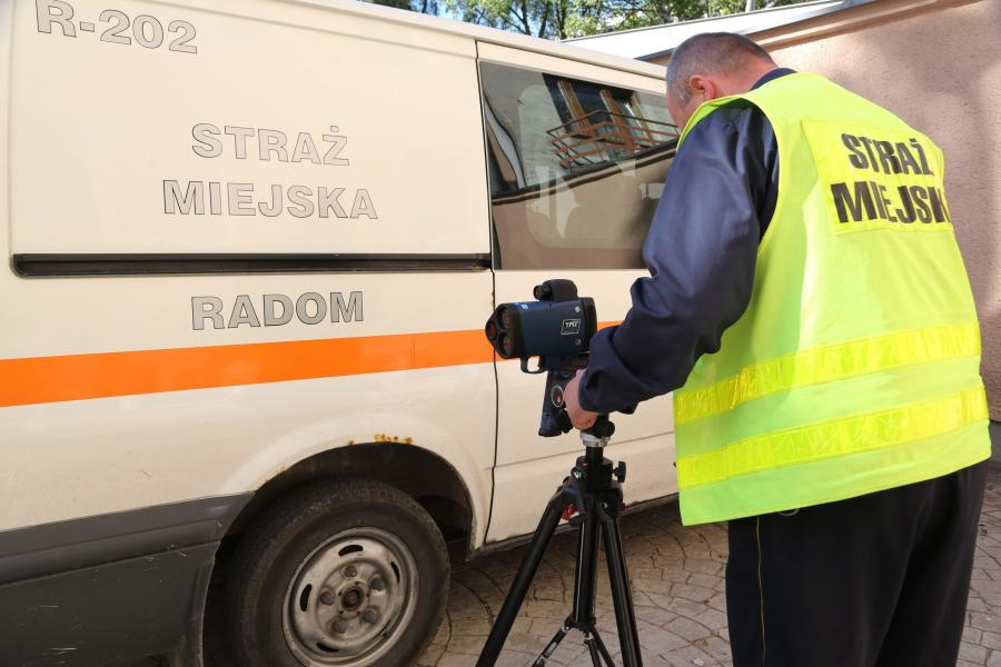 Strażnik miejski z fotoradarem