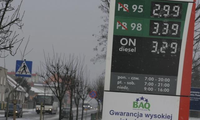 Tusk zgadzał się na paliwo po 7 zł? Hofman tankował drogą benzynę na pokaz. Przegląd cen od 2005 roku