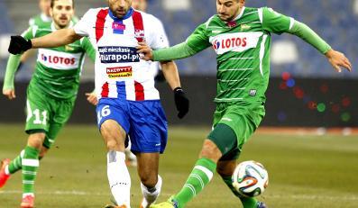 W pojedynku o piłkę Pavol Stano (L) z miejscowego Podbeskidzia i Antonio Colak (P) z Lechii Gdańsk w meczu T-Mobile Ekstraklasy