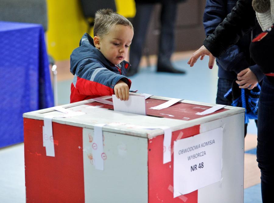 Mieszkańcy Radomia głosują w lokalu wyborczym w Publicznej Szkole Podstawowej nr 4 w Radomiu