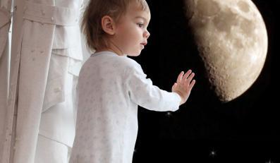Dziecko patrzy na księżyc