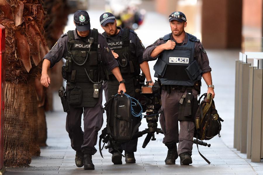 Policjanci z jednostki antyterrorystycznej niedaleko kawiarni, w której terrorysta przetrzymuje zakładników
