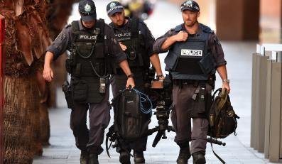 Policjanci z jednostki antyterrorystycznej niedaleko kawiarni w Sydney, w której terrorysta przetrzymywał zakładników