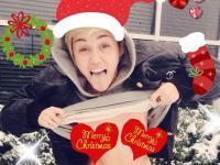 Miley Cyrus uwalnia sutek i życzy wszystkim: Wesołych Świąt! [ZDJĘCIA]