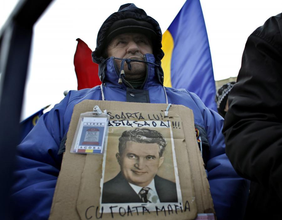 Mężczyzna z portretem Nicolae Ceausescu