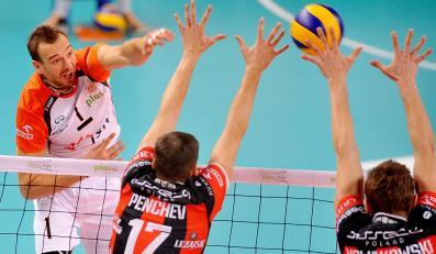 Michał Łasko (L) z Jastrzębskiego Węgla atakuje po bloku Nikolaya Pencheva (C) i Piotra Nowakowskiego (P) z Asseco Resovii Rzeszów
