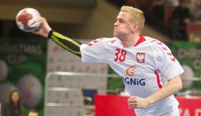 Wojciech Gumiński w ataku na bramke Słowacji podczas pierwszego meczu turnieju piłki ręcznej mężczyzn Christmas Cup