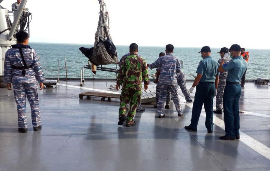 Ekipa poszukująca szczątków samlotu AirAsia