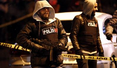 Tureccy policjanci przed posterunkiem w Stambule