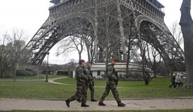 Francuscy żołnierze pod wieżą Eiffla