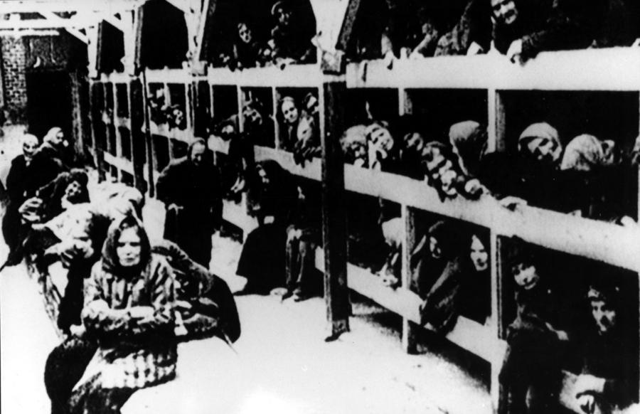 Na zdjęciu archiwalnym ze stycznia 1945 r. więźniowie w baraku na pryczach, po wyzwoleniu obozu KL Auschwitz-Birkenau przez żołnierzy Armii Czerwonej