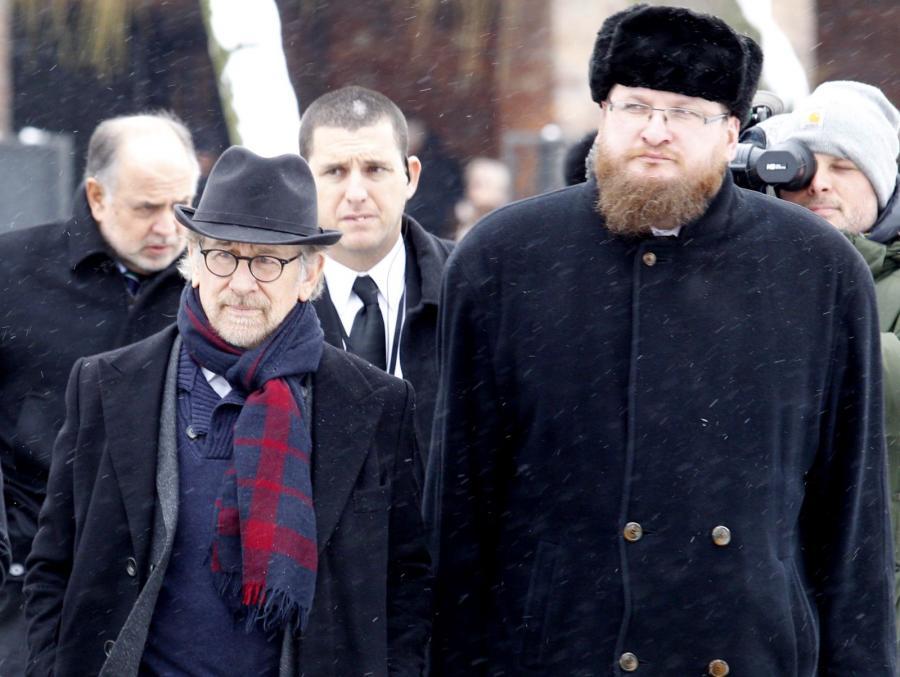 Reżyser Steven Spielberg i dyrektor Państwowego Muzeum Auschwitz-Birkenau Piotr Cywiński