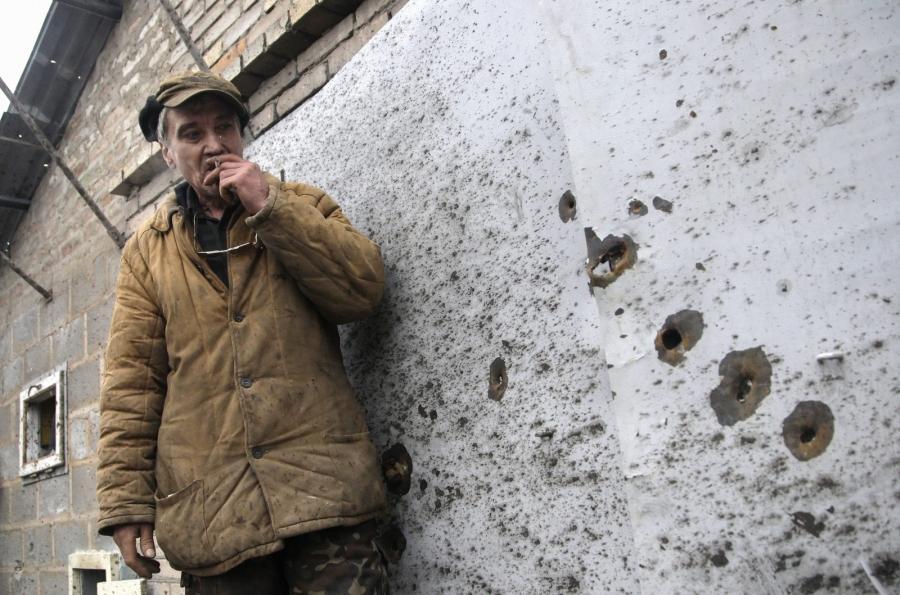 Donieck. Mężczyzna pokazuje ostrzelany garaż