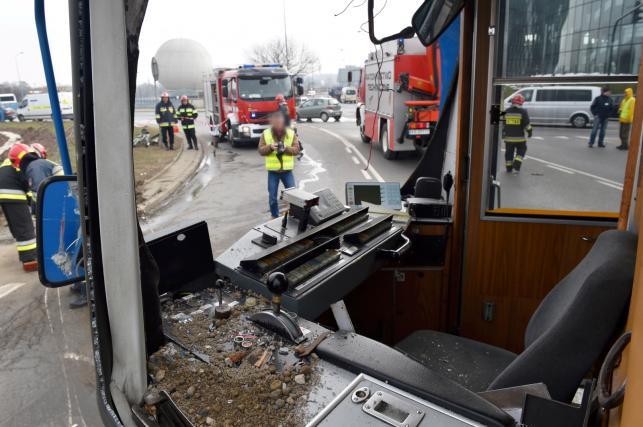 Kabina motornicznego w uszkodzonym tramwaju na miejscu wypadku na Rondzie Grunwaldzkim w Krakowie