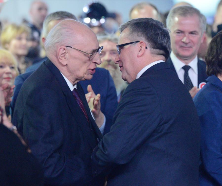 Ubiegający się o reelekcję, prezydent Bronisław Komorowski  wita się z profesorem Władysławem Bartoszewskim