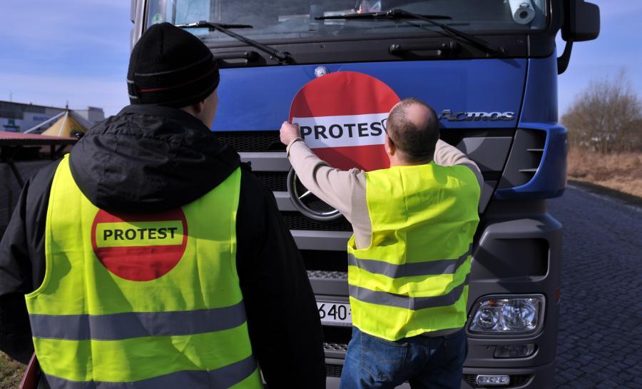 Kierowcy przygotowują się do przejazdu kolumną przez autostradę A6