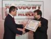 Minister finansów Mateusz Szczurek odbiera certyfikat ambasadora barów mlecznych z rąk szefa Narodowego Baru Mlecznego Waldemara Domańskiego