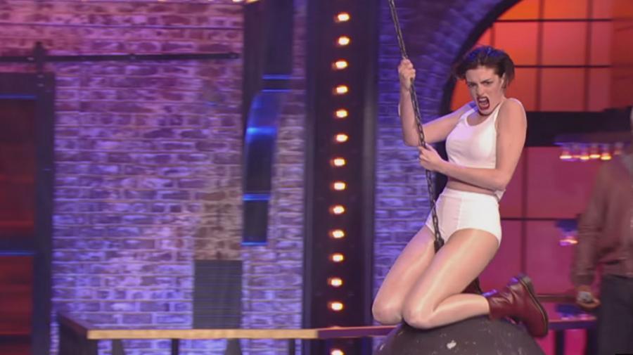 Anne Hathaway jak Miley Cyrus w \