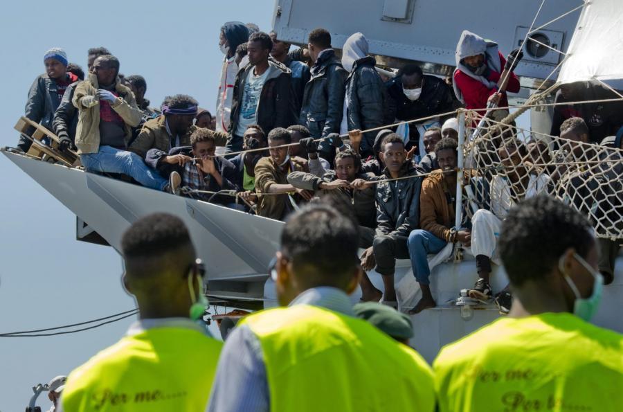 Grupa imigrantów u wybrzeży Włoch