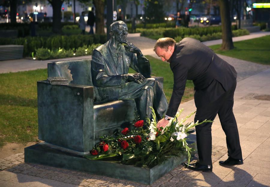 Szef MSZ Grzegorz Schetyna składa kwiaty pod pomnikiem-ławeczką Jana Karskiego, przed uroczystą premierą filmu \