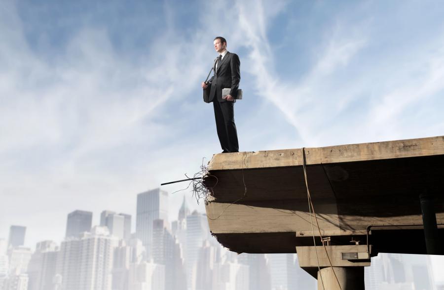 Mężczyzna na skraju zerwanego mostu