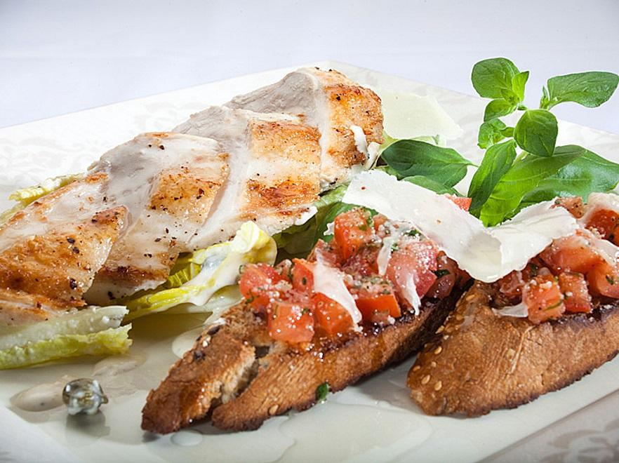 Sałatka z grillowaną piersią kurczaka z grzankami i pomidorem
