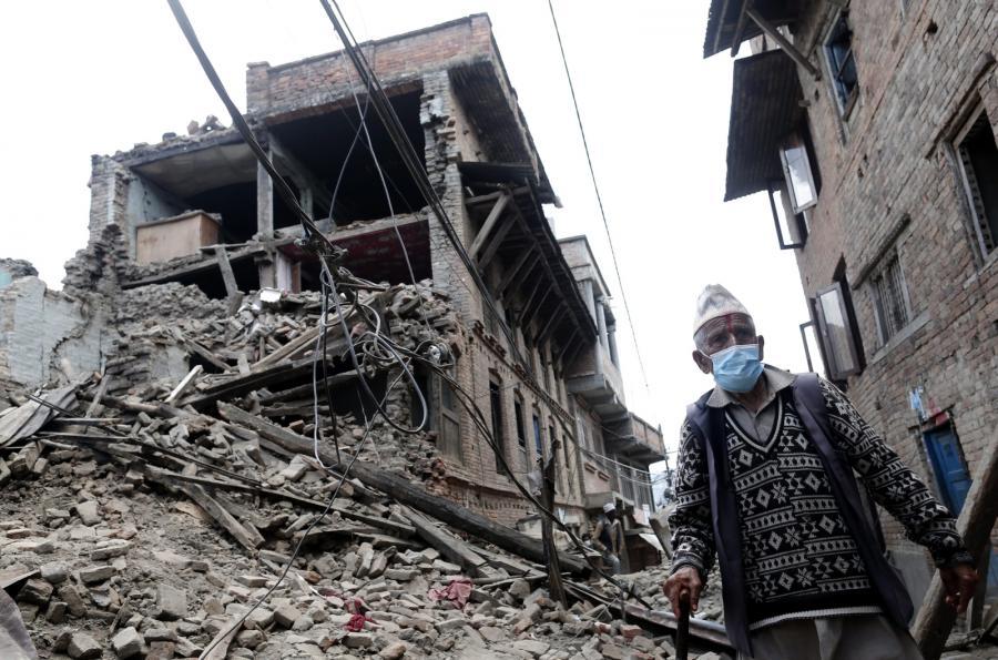 Mężczyzna wśród zniszczonych budynków w mieście Sakhu, 25 km od Katmandu