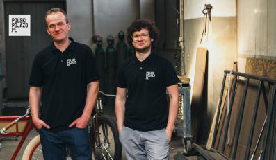 Pomysłodawcami projektu są dwaj bracia - Michał i Marcin Bielawscy. Pochodzą z małego miasteczka Buk - 30 km na zachód od Poznania.