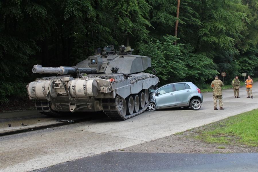 Kobieta wjechała pod brytyjski czołg