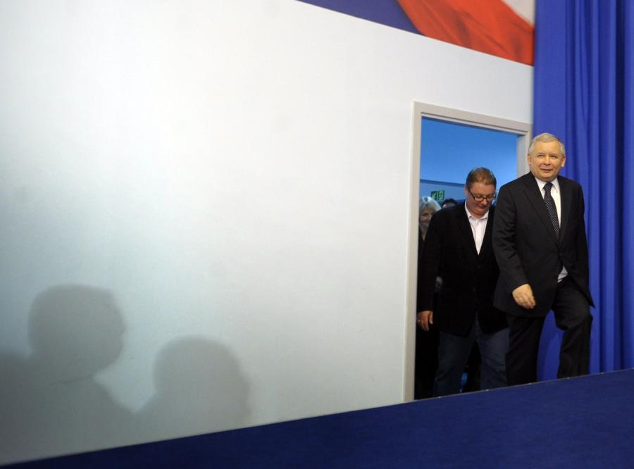 Platforma traci, zyskuje partia Kaczyńskiego