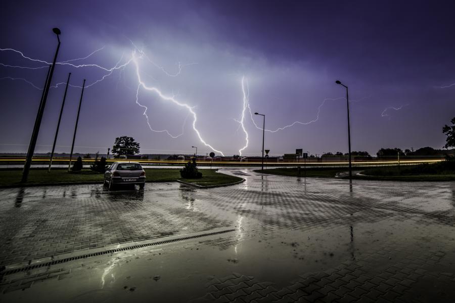 Burza z piorunami nad stacją benzynową przy drodze krajowej nr 92 w Brzeźnie k. Nekli
