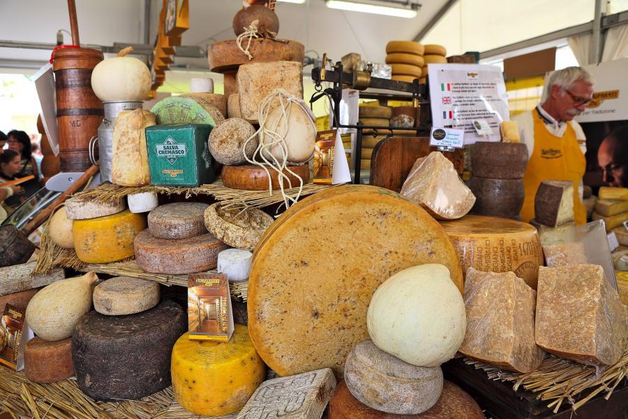 Różne rodzaje sera, sklep w Bra, Włochy