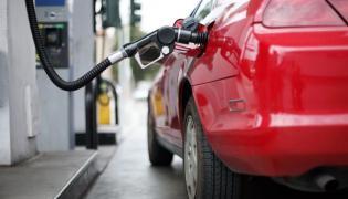 Samochód tankujący paliwo na stacji
