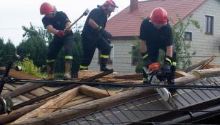 Strażacy pomagają ofiarom burz