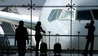 Pasażerowie czekają na lotnisku na odlot samolotu