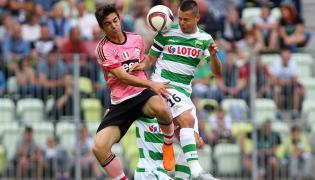 Zawodnik Lechii Gdańsk Ariel Borysiuk (P) walczy o piłkę z Mattii Vitale (L) z Juventusu Turyn podczas towarzyskiego Super Meczu na PGE Arenie