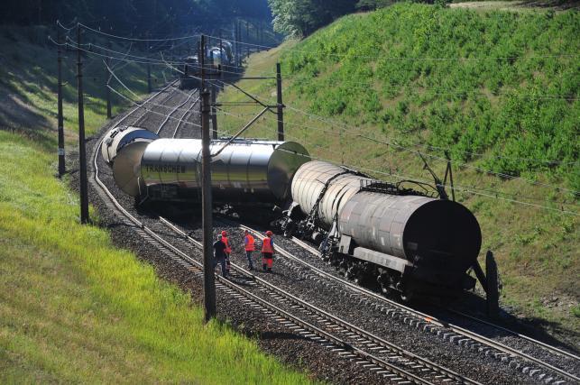 Puste cysterny pociągu, które wykoleiły się w niedzielę pomiędzy Warnowem a Lubiewem na trasie Wolin - Świnoujście