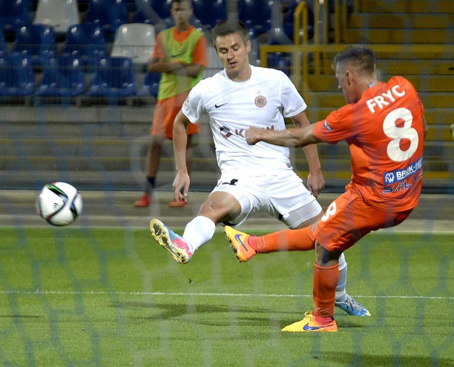 Patryk Fryc (P) z Termaliki Bruk-Bet Nieciecza i Łukasz Janoszka (L) z KGHM Zagłębie Lubin w meczu T-Mobile Ekstraklasy, rozegranym w Mielcu